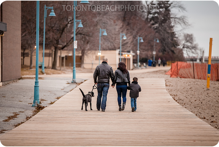 07-toronto-beach-family-on-boardwalk
